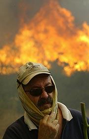 Un hombre trabaja en un incendio en Vilarchan (Pontevedra). (Foto: EFE)