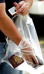 El único equipaje de mano permitido en Londres. (Foto: REUTERS)