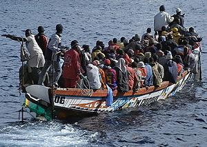 Un cayuco con 103 inmigrantes ha llegado al puerto de La Gomera. (Foto: EFE