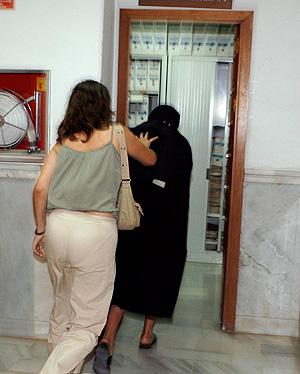 Una policía acompaña a una de las inmigrantes al juicio del pasado martes. (Foto: EFE)