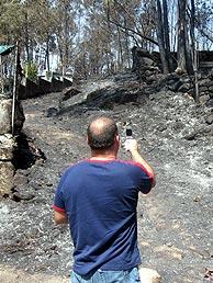 Un hombre 'inmortaliza' el incendio en su móvil. (Foto: M.J. Llerena)