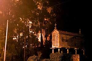 Fuego cerca del pueblo coruñés de Cee. (Foto: EFE)