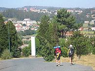Unos peregrinos, por Santiago. (Foto: M.J. Llerena)