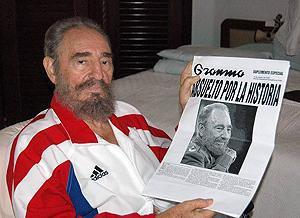 Castro muestra la portada de Granma de ayer. (Foto: Juventudrebelde.com)