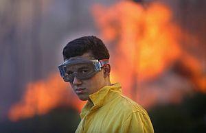 Un miembro de extinción de incendios, en el municipio de Boallo. (Foto: AFP)