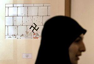 Una mujer pasan frente a una de las obras. (Foto: AFP)