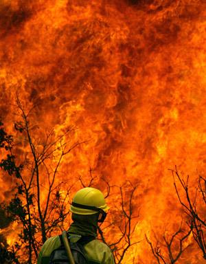 Miembros del equipo de extinción de incendios mientras intentaban sofocar las llamas en Sotomayor. (Foto: EFE)
