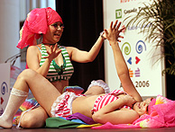 Varias prostitutas realizan una representación sobre el sexo seguro (Foto: AFP)