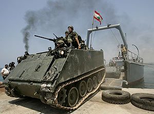 Un tanque libanés desembarcando en la ciudad de Tiro. (Foto: AP)