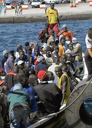 Un cayuco con 78 inmigrantes indocumentados llegó el miércoles al puerto de San Sebastián de la Gomera. (Foto: EFE)