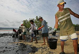 Labores de limpieza en la isla de Guimaras. (Foto: AP)