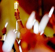 Asistentes a la vigilia del sida. (Foto: J.P. Moczulsk | Reuters)