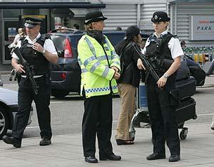 Policías británicos patrullan el pasado martes en el aeropuerto de Heathrow. (Foto: AP)