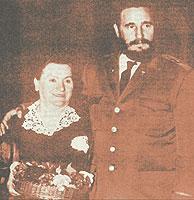 La vendedora de flores Yadwiga Ganaszek junto a Fidel Castro en el viaje que este hizo a Polonia en 1972.
