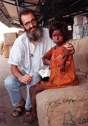 Julián Campo, junto a una niña tullida en Calcuta. (Foto: Pieter Wawig)