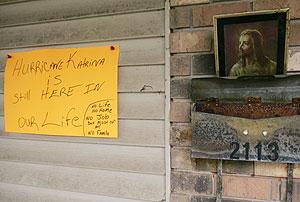 Una nota en la entrada de una casa denuncia que el 'Katrina' sigue en sus vidas. (Foto: REUTERS)