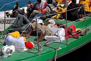 Inmigrantes subsaharianos descansan en la cubierta de la embarcación que los trasladó a Las Palmas. (Foto: EFE)