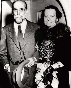 Fotografía de archivo, tomada en 1956 en San Juan de Puerto Rico, del poeta y su esposa. (Foto: EFE)