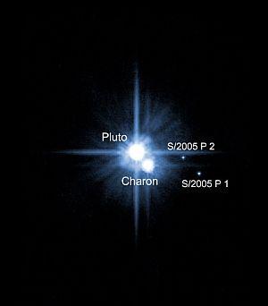 Plutón, Caronte y dos nuevas lunas, en una fotografía tomada por el telescopio Hubble. (Foto: AFP/NASA)