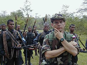 Carlos Castaño, en uniforme de campaña junto a su guardia personal en la selva colombiana. (Foto: Salud Hernández-Mora)