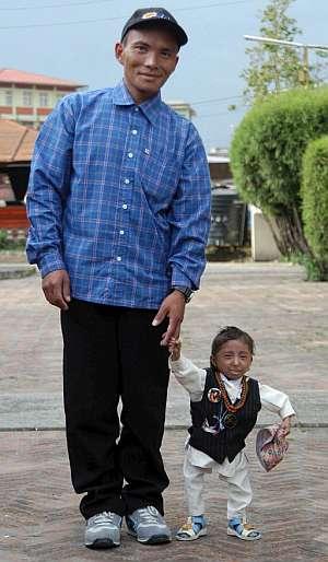 Khagendra Thpa Magar posa junto a su padre. (Foto: EFE)
