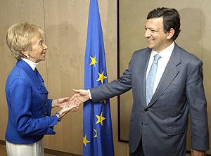 María Teresa Fernández de la Vega saluda a José Manuel Durao Barroso. (Foto: EFE)