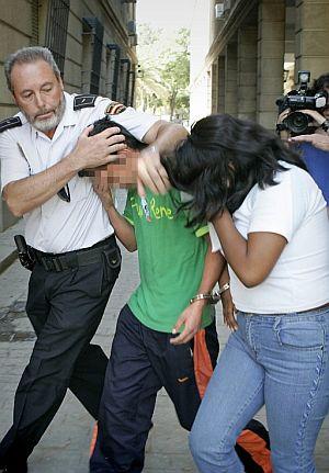 La niñera (de blanco) y su amigo, a la salida de los juzgados. (Foto: EFE)
