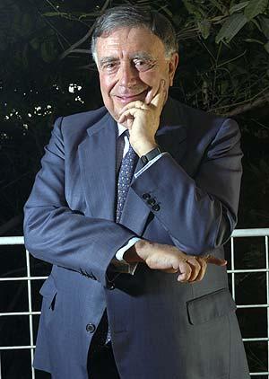 Luis María Ansón en su despacho de presidente ejecutivo de EL CULTURAL de EL MUNDO. (Foto: Begoña Rivas)