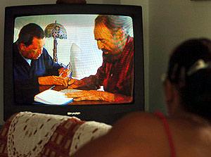 Un mujer mira en su televisión el nuevo vídeo emitido de Fidel Castro. (Foto: EFE)