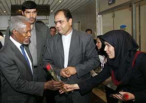 Una empleada entrega una rosa a Annan en un hotel de Teherán. (Foto: AFP)