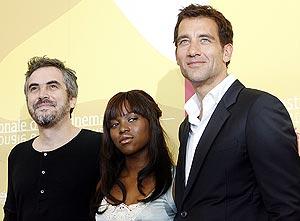 Alfonso Cuaron (izq) junto a Claire-Hope Ashitey y Clive Owen. (Foto: AP)