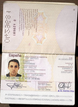 Pasaporte original de Trashorras, hecho en marzo de 2001. (Foto: EL MUNDO)