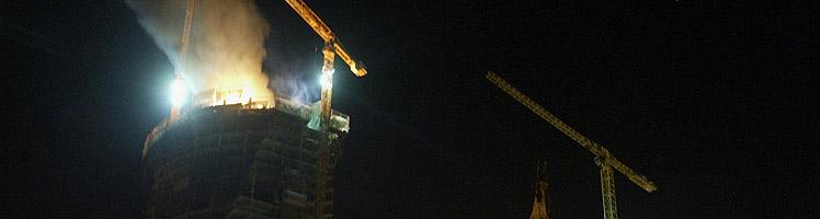 Imagen de la torre Espacio en llamas la noche del lunes. (Foto: K. Para)