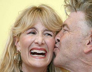 Lynch besa a la actriz Laura Dern, protagonista de su última película. (Foto: EFE)
