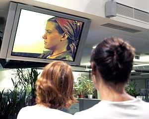 Unas mujeres siguen por televisión la entrevista. (Foto: EFE)