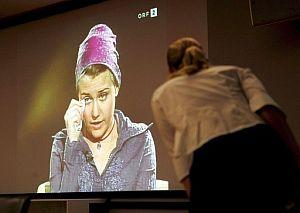 Un momento de la emisión de la entrevista en la televisión ORF. (Foto: EFE)