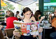 Una mujer lee la revista austriaca 'News'. (Foto: EFE)