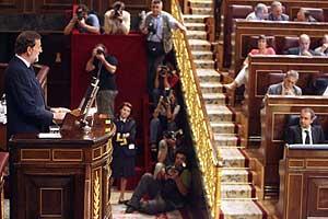 Rajoy se dirige a Zapatero desde la tribuna del Congreso. (Foto: José Ayma)