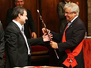 Joan Clos le entrega al nuevo alcalde, Jordi Hereu, la vara de regidor. (Foto: REUTERS)