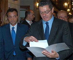 Gallardón y Cobo, antes de la firma de los Estatutos de Madrid 16. (Foto: Ayuntamiento)