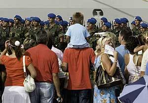 Familiares de los soldados españoles les despiden en Rota. (Foto: José F. Ferrer)