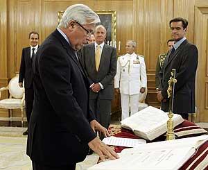 Clos promete su cargo ante López Aguilar. (Foto: EFE)