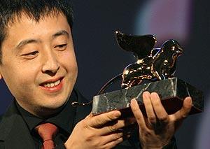 El director chino Jia Zhang-Ke, con el León de Oro. (Foto: AFP)