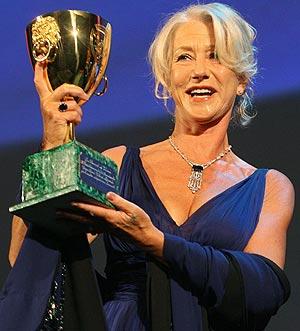 Helen Mirren, con la Copa Volpi. (Foto: AFP)