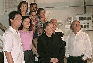 Tito Fernández, junto a los protagonistas de 'Cuéntame'. (Foto: EFE)