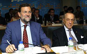 Rajoy (izda.), junto al presidente fundador del PP, Manuel Fraga. (Foto: EFE)