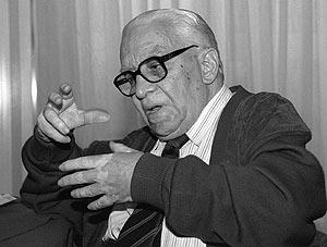 Imagen tomada en 1995 del cineasta y periodista José Antonio Nieves Conde. (Foto: EFE)