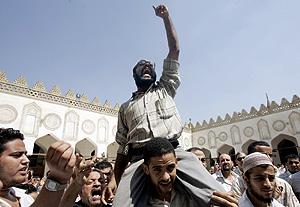 Manifestación frente a la mezquita de Al Azar, en El Cairo. (Foto: AP)