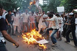 Estudiantes musulmanes queman un muñeco del Papa en Allahabad, la India. (Foto: AP)