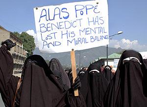 """Las 'Hijas de la Fe', protestan en Cachemira (India), contra Benedicto XVI. En el cartel se lee: """"Benedicto ha perdido su equilibrio mental y moral"""". (Foto: AFP)"""